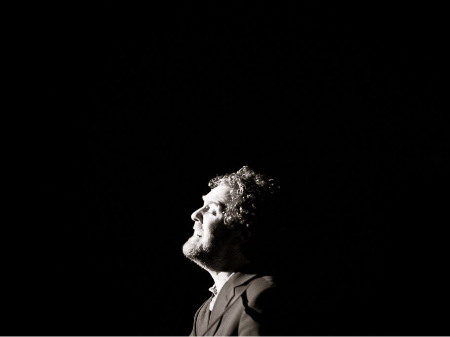 GLEN HANSARD SINGS WITHOUT A  MICROPHONE